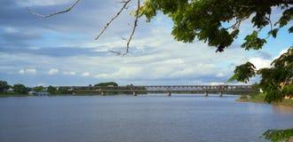Puente sobre el agua tranquila Foto de archivo