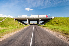 Puente sobre el camino rural Imágenes de archivo libres de regalías