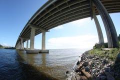 Puente sobre el canal con las rocas fotografía de archivo