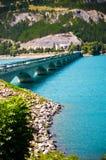Puente sobre el depósito Lac de Serre-Ponson Prisión del río Francia suroriental Alpes Imagen de archivo