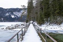 Puente sobre el eibsee del lago Fotos de archivo