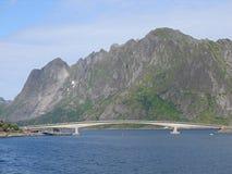 Puente sobre el fiordo en Lofoten Foto de archivo libre de regalías