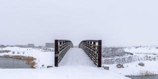 Puente sobre el lago contra una manta de la nieve en Utah imagen de archivo libre de regalías