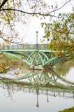 Puente sobre el lago, paisaje de octubre en el parque de Tsaritsyno, Moscú Foto de archivo