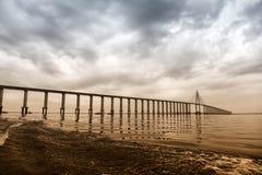 Puente sobre el mar en Manaus, el Brasil Paso del camino sobre el agua en el cielo nublado Arquitectura y diseño Destino y wander Foto de archivo libre de regalías