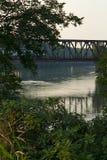 Puente sobre el río fotos de archivo