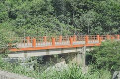 Puente sobre el río de la agua caliente imágenes de archivo libres de regalías