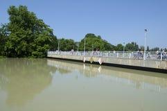 Puente sobre el río de la inundación Imagenes de archivo