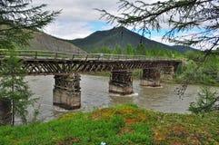 Puente sobre el río de la montaña. Fotos de archivo libres de regalías