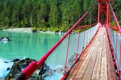 Puente sobre el río de la turquesa imágenes de archivo libres de regalías