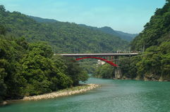 Puente sobre el río de la turquesa en Taiwán Imagenes de archivo