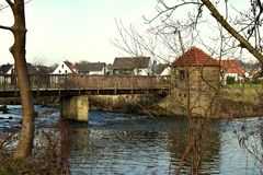 Puente sobre el río de madera El ir en un puente de madera sobre el río en un día de invierno imagen de archivo