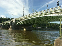 Puente sobre el río de Veltava Imagen de archivo libre de regalías