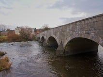 Puente sobre el río de Warche en der de la O.N.U de Stavelot un cielo nublado Fotografía de archivo libre de regalías