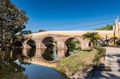 Puente sobre el río de Yayabo imagenes de archivo