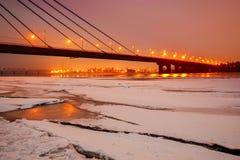 Puente sobre el río del invierno Imágenes de archivo libres de regalías