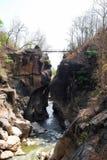 Puente sobre el río en el acantilado en el parque nacional de Op. Sys. de Luang, caliente, Chiang Mai, Tailandia fotografía de archivo libre de regalías
