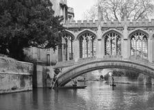 Puente sobre el río en Cambridge Fotos de archivo libres de regalías
