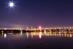 Puente sobre el río en la ciudad de la noche imagen de archivo libre de regalías