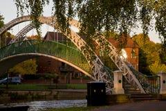 Puente sobre el río en la ciudad inglesa Bedford Imagenes de archivo
