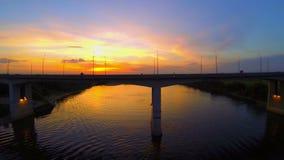 Puente sobre el río en la puesta del sol metrajes