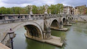 Puente sobre el río en Roma, Italia fotografía de archivo