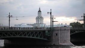 Puente sobre el río en St Petersburg y el templo blanco en otoño almacen de video