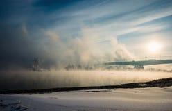 Puente sobre el río en una niebla Foto de archivo libre de regalías