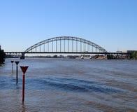 Puente sobre el río Noord en Alblasserdam en los Países Bajos foto de archivo libre de regalías