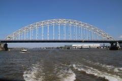 Puente sobre el río Noord en Alblasserdam en los Países Bajos imagen de archivo