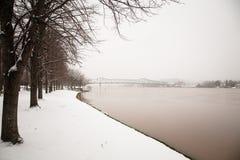 Puente sobre el río Ohio en invierno Imagen de archivo libre de regalías