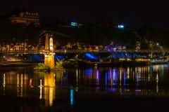 Puente sobre el río Rhone en Lyon, Francia en la noche Foto de archivo libre de regalías