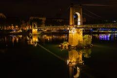 Puente sobre el río Rhone en Lyon, Francia en la noche Imagen de archivo