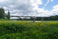 Puente sobre el río Volga por la tarde Fotos de archivo