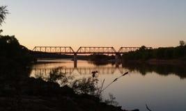 Puente sobre el Red River en la puesta del sol Imagenes de archivo