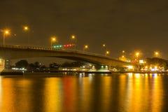 Puente sobre el reflejo de Chao Phraya Light Fotografía de archivo libre de regalías