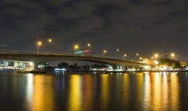 Puente sobre el reflejo de Chao Phraya Light Imagen de archivo libre de regalías
