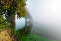 Puente sobre el río de niebla Imagen de archivo