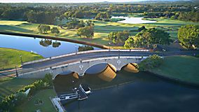 Puente sobre estado delantero del campo de golf y del agua de la isla de la esperanza de Gold Coast Fotos de archivo