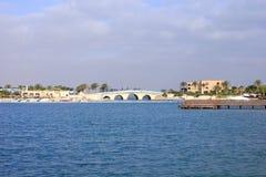 Puente sobre la agua de mar fotos de archivo libres de regalías