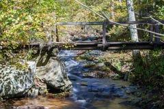 Puente sobre la cala de Fallingwater imagenes de archivo