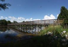Puente sobre la calzada del embarcadero del lago fotografía de archivo libre de regalías