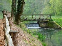 Puente sobre la cascada Fotos de archivo