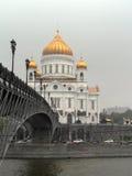 Puente sobre la catedral del río de Moskva de Cristo el salvador en Moscú Fotografía de archivo libre de regalías