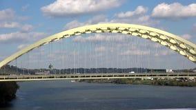 Puente sobre la ciudad del río Ohio de Cincinnati metrajes
