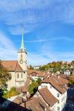 Puente sobre la iglesia de Aare y de Nydegg, Berna, Suiza Fotografía de archivo libre de regalías