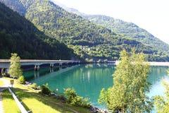 Puente sobre Lac artificial du Verney, Rhone-Alpes, Francia fotografía de archivo