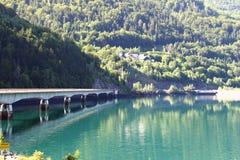 Puente sobre Lac artificial francesa du Verney fotografía de archivo