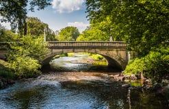 Puente sobre las aguas pacíficas imagen de archivo libre de regalías