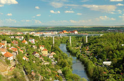 Puente sobre paisaje del río Imágenes de archivo libres de regalías